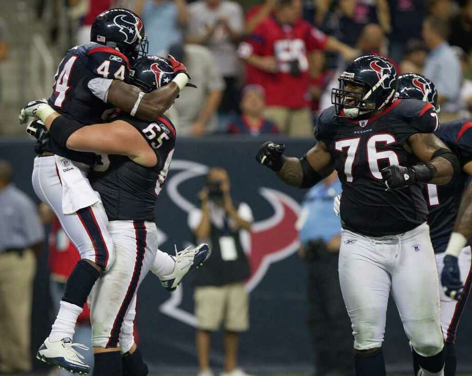 SMILEY N. POOL : CHRONICLE FAMILIAR FOE: Texans left tackle Duane Brown will line up against Steelers outside linebacker James Harrison on Sunday for the first time since his debut as a rookie in 2008. Photo: Smiley N. Pool / © 2011 Houston Chronicle