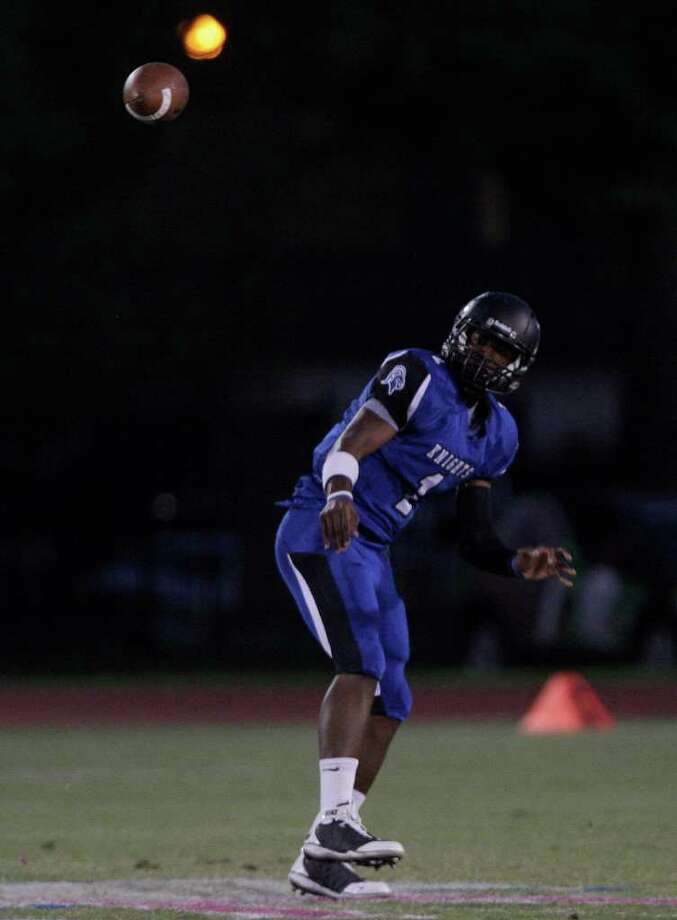 Quarterback Austin Robinson of Episcopal  completes a pass against the Kinkaid. Photo: For The Chronicle: Thomas B. She