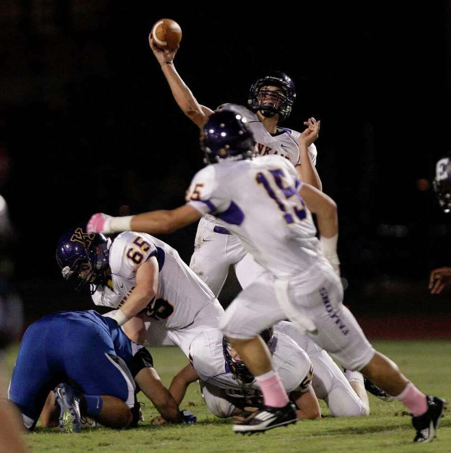 Quarterback Ford Childress of  Kinkaid passes for a touchdown against the Episcopal. Photo: For The Chronicle: Thomas B. She