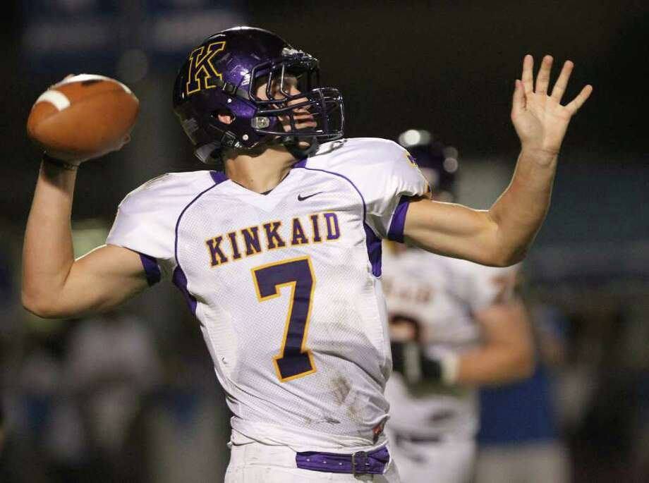 Quarterback Ford Childress of Kinkaid passes for a touchdown against Episcopal. Photo: For The Chronicle: Thomas B. She