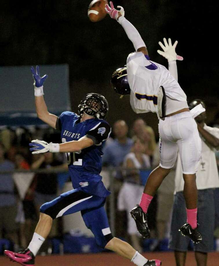 Kincaid cornerback Thomas Dillon (1) breaks up a pass intended for tight end Stewart Cartwright of Episcopal. Photo: For The Chronicle: Thomas B. She