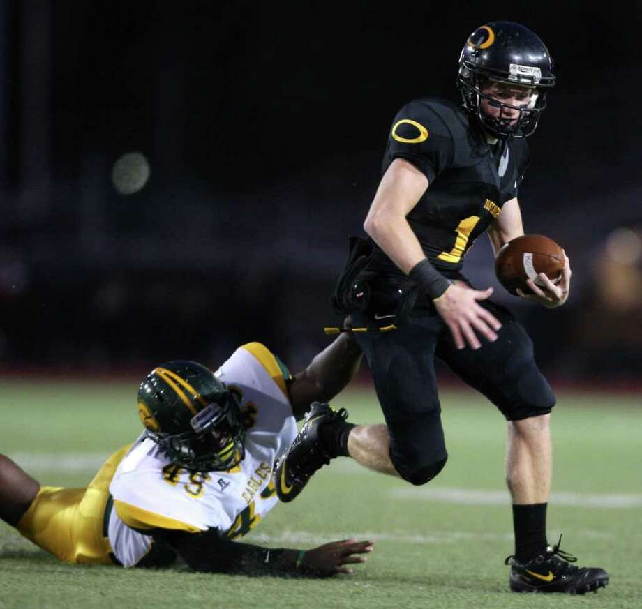 Klein Oak's Connor McQueen (right) scampers past Klein Forest's Tyree Gray during the first half. Photo: Eric Christian Smith, For The Chronicle
