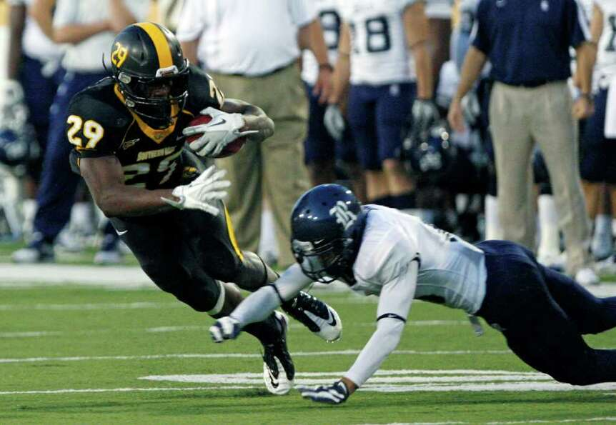 Southern Mississippi running back Kendrick Hardy (29) avoids a first quarter tackle by a Rice defend