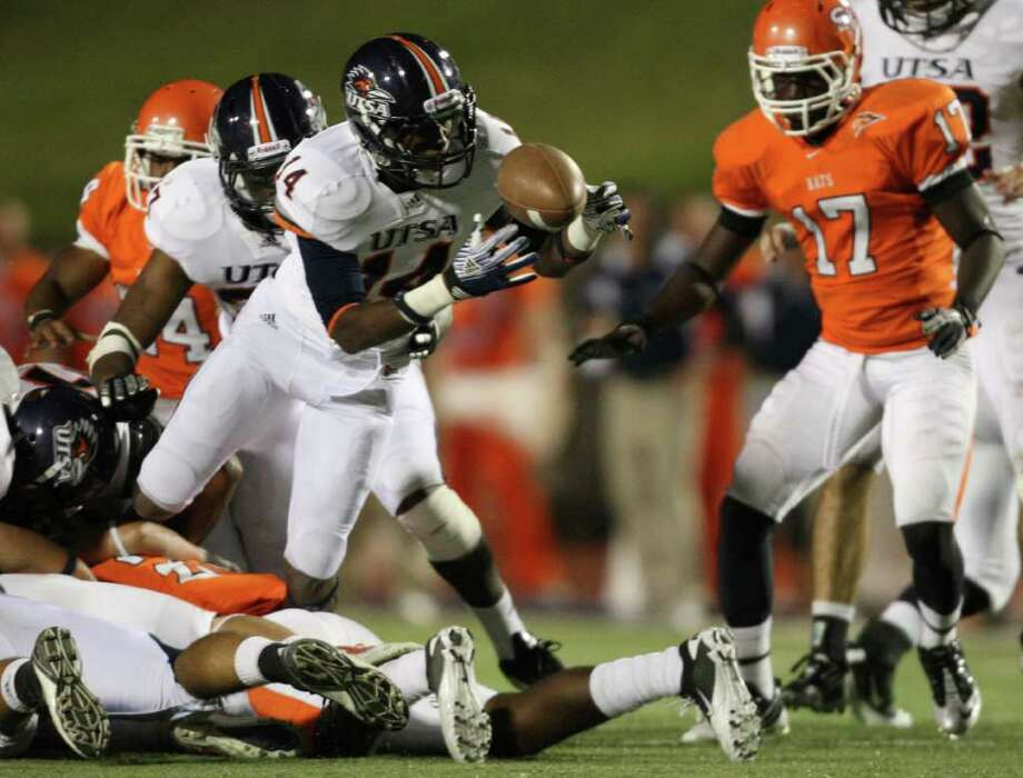 UTSA's Triston Wade (14) recovers a Sam Houston fumble during the second half of a college football game, Saturday, October 1, 2011 at Bowers Stadium in Huntsville, TX. Photo: Eric Christian Smith, For The San Antonio Express-News