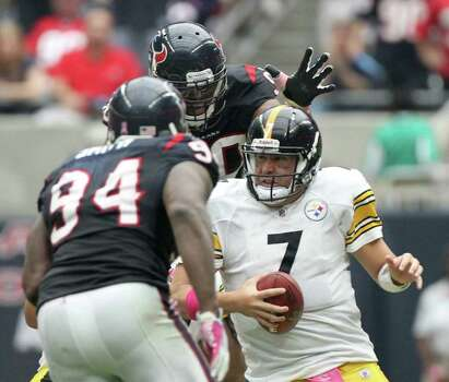 Pittsburgh Steelers quarterback Ben Roethlisberger (7) looks to scramble as Houston Texans defensive end Antonio Smith (94) and Houston Texans outside linebacker Mario Williams (90) put pressure on him during the fourth quarter of a NFL football game at Reliant Stadium on Sunday, Oct. 2, 2011, in Houston. Photo: Nick De La Torre, Houston Chronicle / © 2011  Houston Chronicle