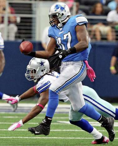 FOR SPORTS - Detroit Lions' Brandon Pettigrew catches a pass as he is defended by Dallas Cowboys' Danny McCray during first half action Sunday Oct. 2, 2011 at Cowboys Stadium in Arlington, TX.  (PHOTO BY EDWARD A. ORNELAS/eaornelas@express-news.net) Photo: EDWARD A. ORNELAS, SAN ANTONIO EXPRESS-NEWS / © SAN ANTONIO EXPRESS-NEWS (NFS)