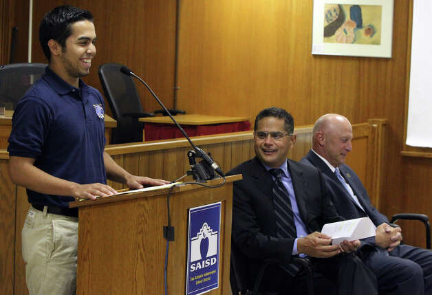 GEAR UP helped Lanier senior Brandon Mojica, standing near superintendents Robert Duron of the SAISD and Robert Jaklich of Harlandale. Photo: JOHN DAVENPORT/jdavenport@express-news.net / SAN ANTONIO EXPRESS-NEWS (PHOTO MAY BE SOLD TO THE PUBLIC)