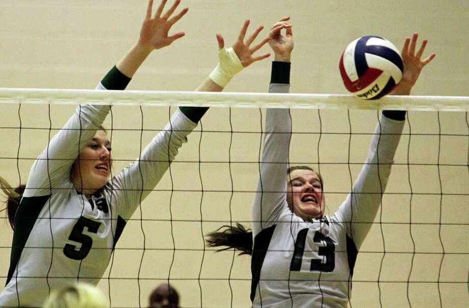Alyssa Adams (5), Payton Reed and Reagan have battled through adversity this season to a 35-13 record and another regional tournament berth.  TOM REEL/treel@express-news.net Photo: Tom Reel/treel@express-news.net / treel@express-news.net
