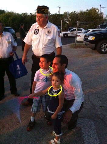 Mayor Julian Castro at Pecan Valley Neighborhood Association's National Night Out event with a Veterans of Foreign Wars member. Photo: Jessica Kwong/Express-News