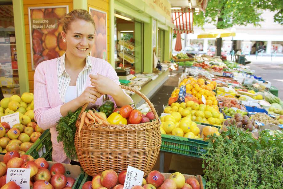 Woman in fruit market Fotolia Photo: Fotolia / Gina Sanders - Fotolia