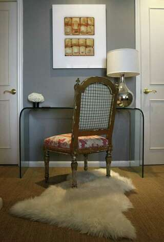 Touches of color on the wall and on the chair refresh the color scheme. Photo: HELEN L. MONTOYA, San Antonio Express-News / SAN ANTONIO EXPRESS-NEWS