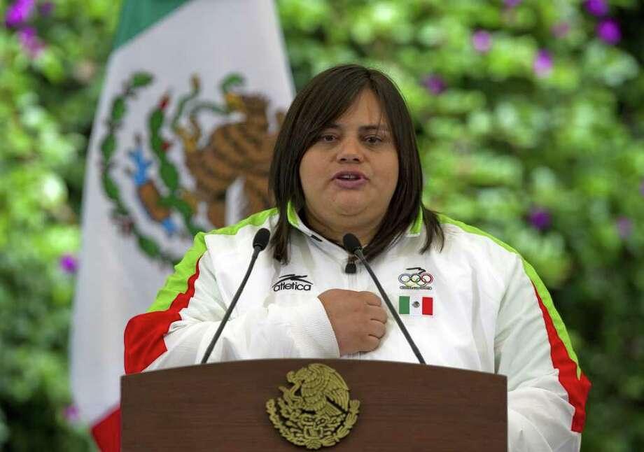 La judoca Vanessa Zambotti, durante la ceremonia en la que la delegación mexicana fue abanderada por el presidente de ese país, Felipe Calderón. Photo: ALFREDO ESTRELLA / AFP