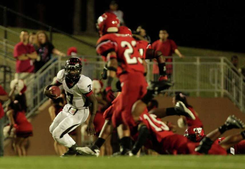 Port Arthur's Terrence Singleton escapes from a group of North Shore defenders in the first quarter
