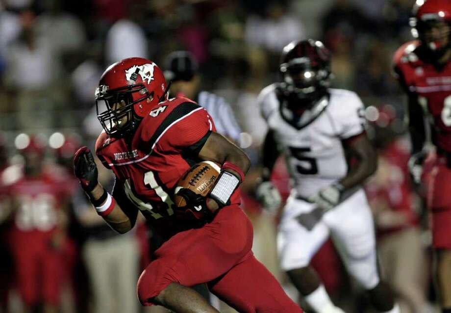 North Shore's Davonte Milton runs with the ball in the first quarter as North Shore High School played Port Arthur Memorial High School at Galena Park ISD District Athletic Complex Friday, Oct. 7, 2011, in Houston. Photo: Johnny Hanson, Houston Chronicle / © 2011 Houston Chronicle