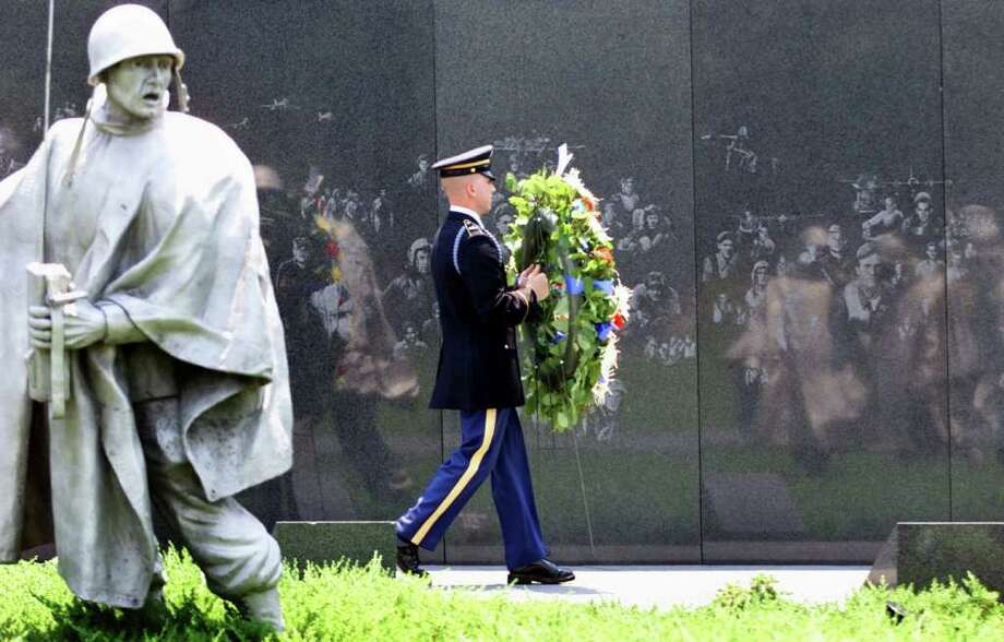 RICK BOWMER : ASSOCIATED PRESS CEREMONY: A wreath-laying at the memorial in June 2000 marked the 50th anniversary of the start of the Korean War. Photo: RICK BOWMER / AP