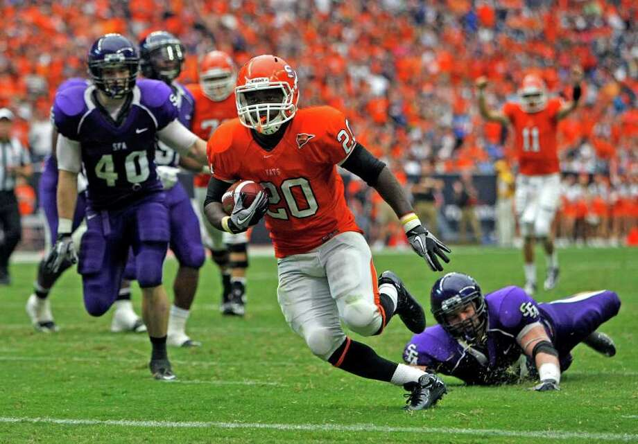 JOHNNY HANSON: CHRONICLE GONE: Sam Houston State's Tim Flanders leaves the SFA defense in his wake on one of his two touchdown runs. Photo: Johnny Hanson / © 2011 Houston Chronicle