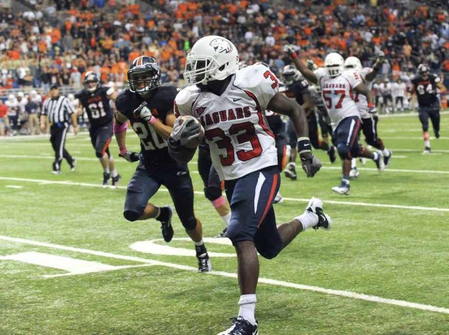 Running back Demetre Baker (33) of Southern Alabama will test UTSA linebackers Steven Kurfehs and Brandon Reeves. Photo: BILLY CALZADA, SAN ANTONIO EXPRESS-NEWS / gcalzada@express-news.net