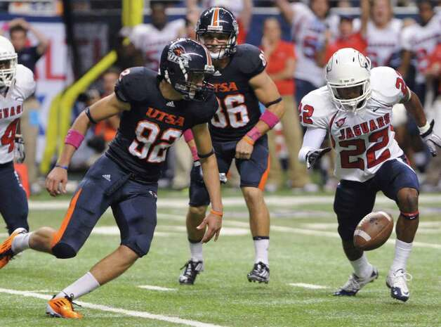 UTSA kicker Sean Ianno (92) and Tyrome Bivims of Southern Alabama converge on the ball after Ianno's attempt at a game-winning field goal late in the fourth quarter was blocked at the Alamodome on Saturday, Oct. 8, 2011. BILLY CALZADA / gcalzada@express-news.net  University of Southern Alabama Jaguars vs. UTSA Roadrunners   Tyrome cq Photo: BILLY CALZADA, SAN ANTONIO EXPRESS-NEWS / gcalzada@express-news.net