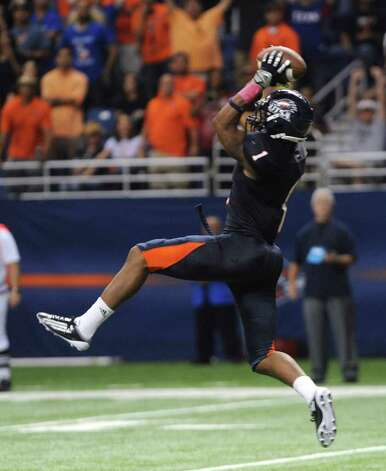 UTSA receiver Kam Jones catches a touchdown pass in the first overtime to tie with Southern Alabama, 24-24 at the Alamodome on Saturday, Oct. 8, 2011. BILLY CALZADA / gcalzada@express-news.net