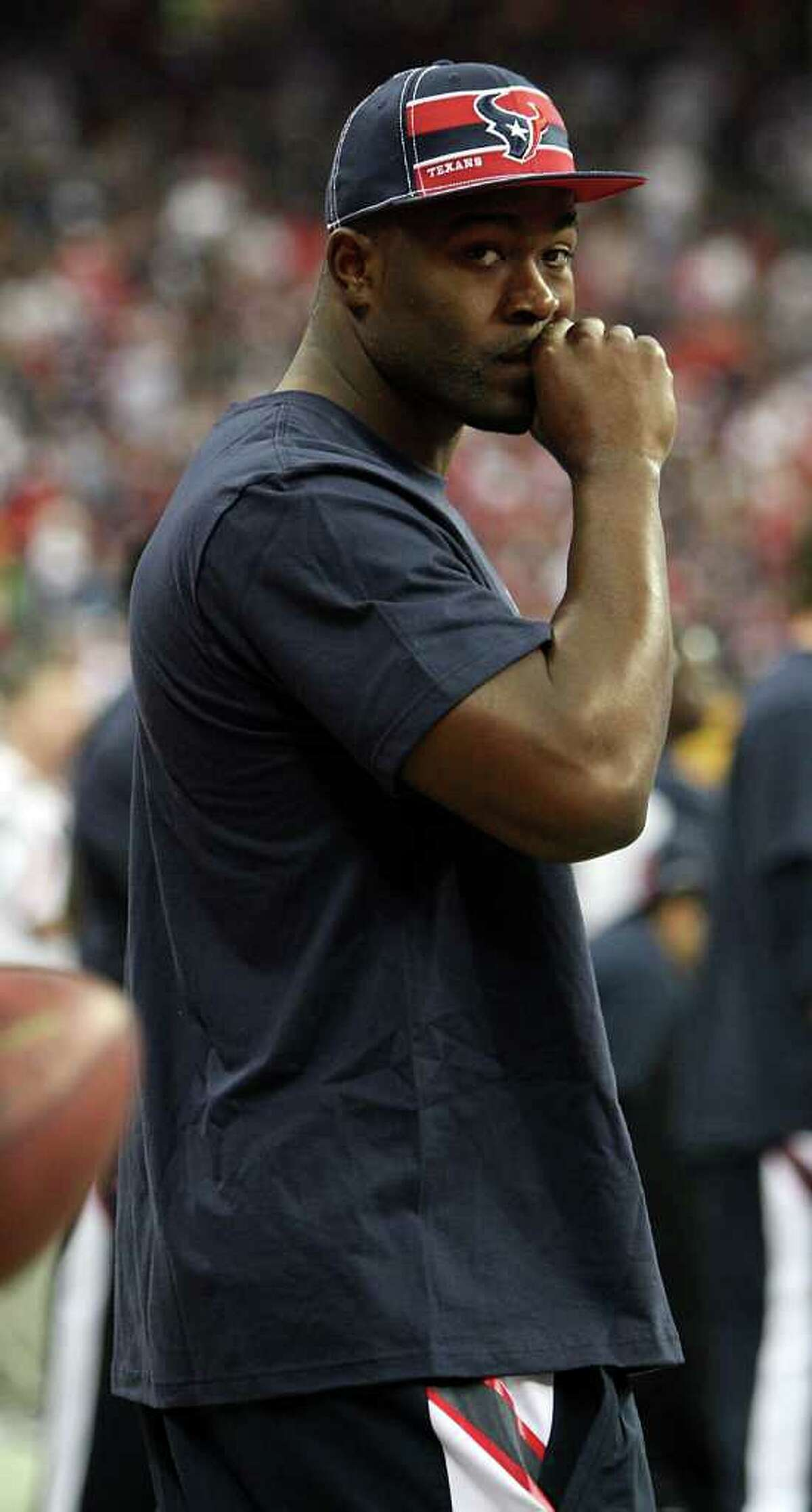 Karen warren: Chronicle SIDELINED: Texans linebacker Mario Williams returned to the sideline in street clothes after he injured a pectoral muscle in the first half Sunday.