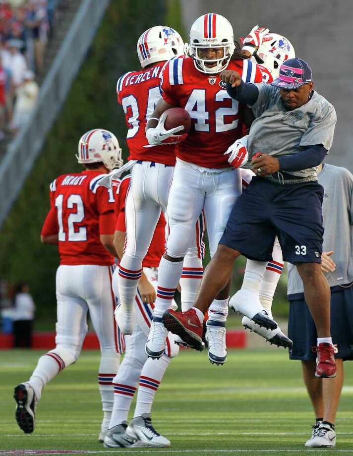ELISE AMENDOLA: ASSOCIATED PRESS JOIN THE PARTY: Patriots running back BenJarvus Green-Ellis (42) celebrates with teammate Kevin Faulk, right, who is on injured reserve, after Green-Ellis' first-quarter touchdown. Photo: Elise Amendola / AP