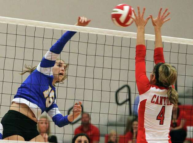 Alamo Heights' Abbey Strunk — seen here against New Braunfels Canyon in September — totaled 16 kills and 5½ blocks as the Mules topped New Braunfels Canyon, moving a game out of first in 27-4A. Photo: Kin Man Hui/kmhui@express-news.net / SAN ANTONIO EXPRESS-NEWS