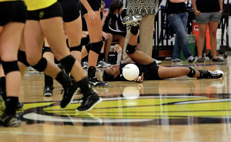 Magnolia's Ambra Davis falls to the ground while attempting to make a diving play at the ball. Photo: Johnny Hanson, Houston Chronicle / © 2011 Houston Chronicle