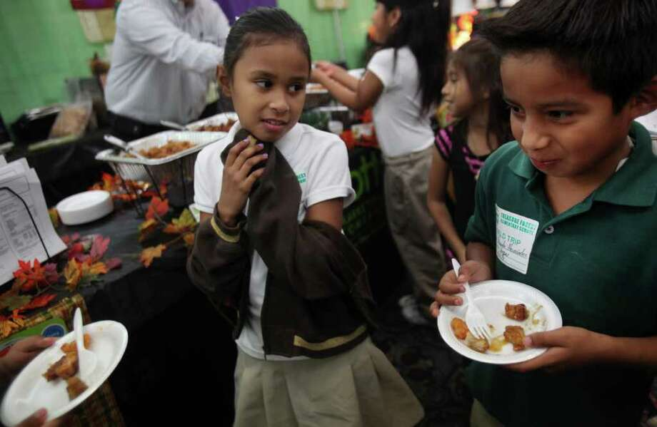 Students eating food Photo: Mayra Beltran, Houston Chronicle / © 2011 Houston Chronicle