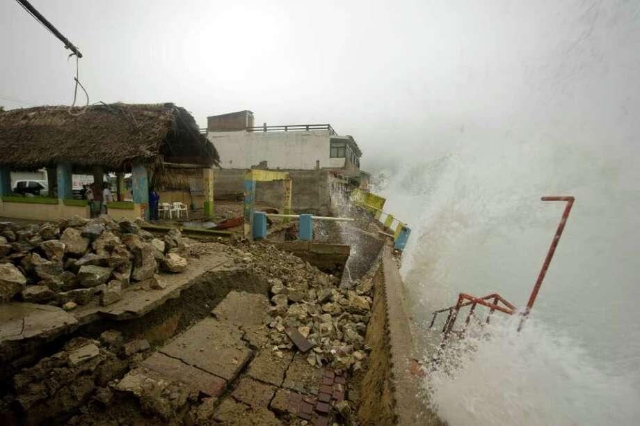 La comunidad costera de Barra de Navidad, en el estado de Jalisco, sufrió los efectos del huracán Jova. Photo: ALFREDO ESTRELLA / AFP