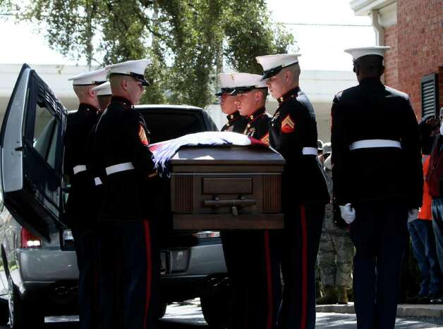 METRO:  Marines carry the coffin containing the body of Lance Cpl. Benjamin Schmidt who died Oct 6  in Afghanistan, into Porter Loring Mortuary on Wednesday Oct. 12, 2011.  HELEN L. MONTOYA/hmontoya@express-news.net Photo: HELEN L. MONTOYA, San Antonio Express-News / SAN ANTONIO EXPRESS-NEWS