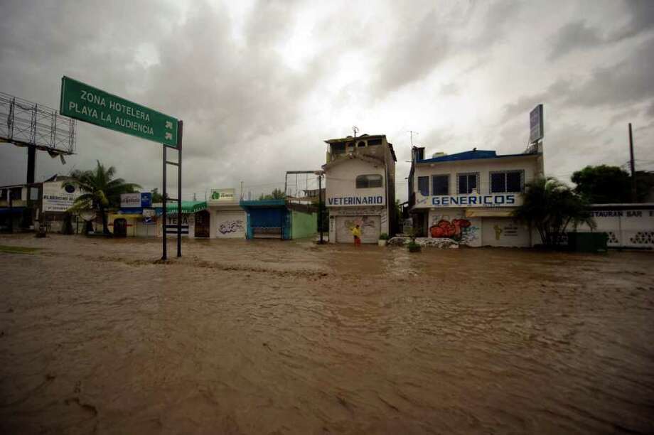 View of a flooded avenue at the Manzanillo, in Colima State, Mexico, on October 12, 2011. Photo: ALFREDO ESTRELLA, Getty / ALFREDO ESTRELLA