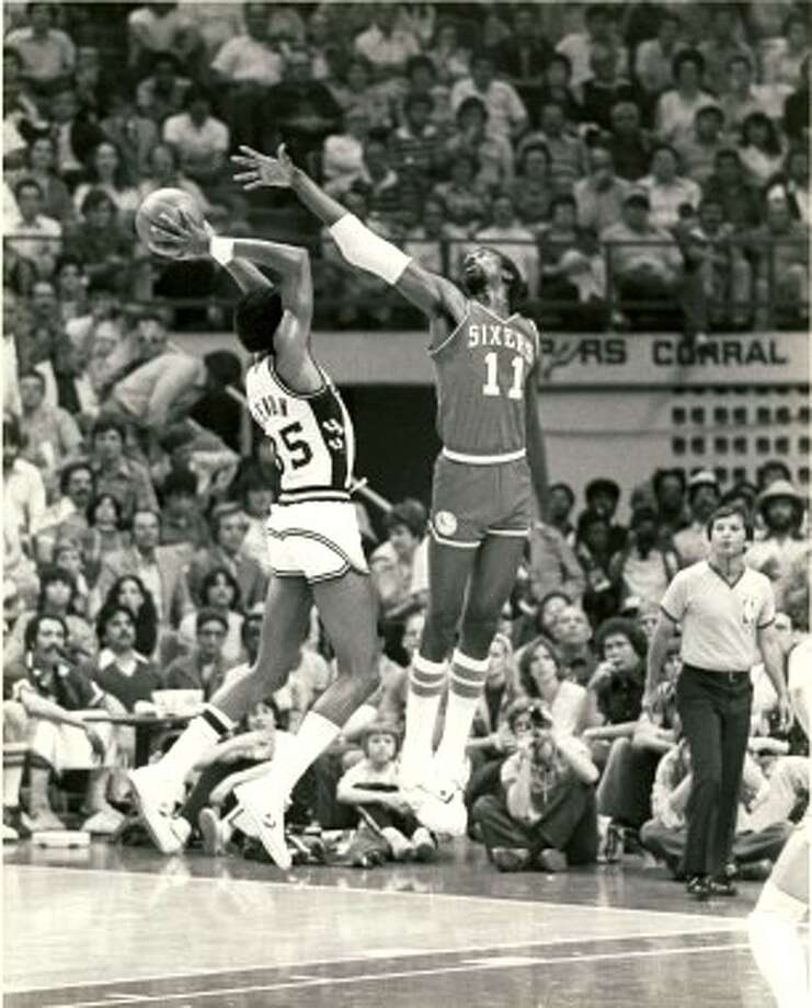 Spurs forward Larry Kenon shoots over Caldwell Jones in Game 7 of the  Spurs' 1979 playoff against Philadelphia. (Photo: San Antonio Spurs)