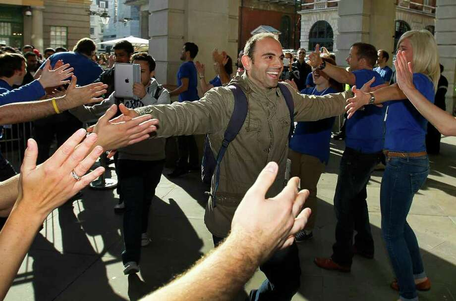Lines at Apple stores honor Steve Jobs - Times Union