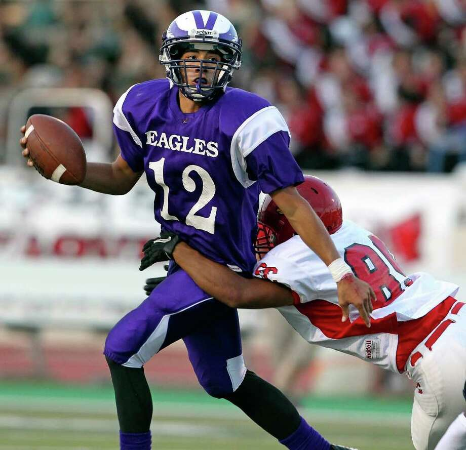 Brackenridge QB Anthony Garza — seen here against Southside in September — completed 24 of 39 passes for 462 yards and five touchdowns in a 38-27 victory against Lanier. Four of his TD passes were for 40 yards or more. Photo: Tom Reel/treel@express-news.net / © 2011 San Antonio Express-News
