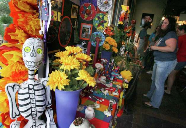 NBR -- NC18MUERTOS  -- FOR NICOLE LESSIN -- Students, teachers and parents construct altars at Paloma Blanca restaurant in Alamo Heights for Dia de los Muertos between students from Cambridge Elementary, St. Peters Prince of the Apostles Elementary and Woodridge Elementary.  Saturday October 7, 2006.     (Robert McLeroy/San Antonio Express-News)  SECONDARY PHOTO Photo: ROBERT MCLEROY, SAN ANTONIO EXPRESS-NEWS / San Antonio Express-News