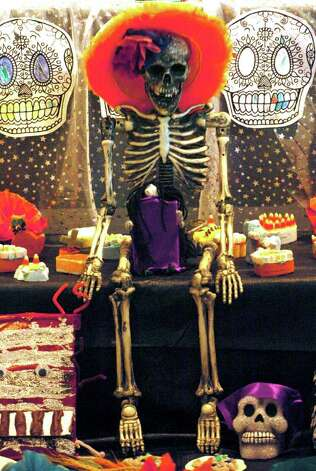 SA LIFE/ADVANCE/ FOR ELAINE AYALA:  Galeria Guadalupe large collection of colorful Dia De Los Muertos altars designed by local elementary school students. DELCIA LOPEZ/STAFF Photo: DELCIA LOPEZ, SAN ANTONIO EXPRESS-NEWS / SAN ANTONIO EXPRESS-NEWS