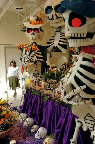"STATE/DAILY/ Guadalupe Cultural Arts Center: The Galeria Guadalupe visual arts school and gallery opened its doors Wednesday Oct.26, 2005 as folks were treated to ""Dia De los Muertos"" altars made by local elementary school children . DELCIA LOPEZ/STAFF Photo: DELCIA LOPEZ, SAN ANTONIO EXPRESS-NEWS / SAN ANTONIO EXPRESS-NEWS"