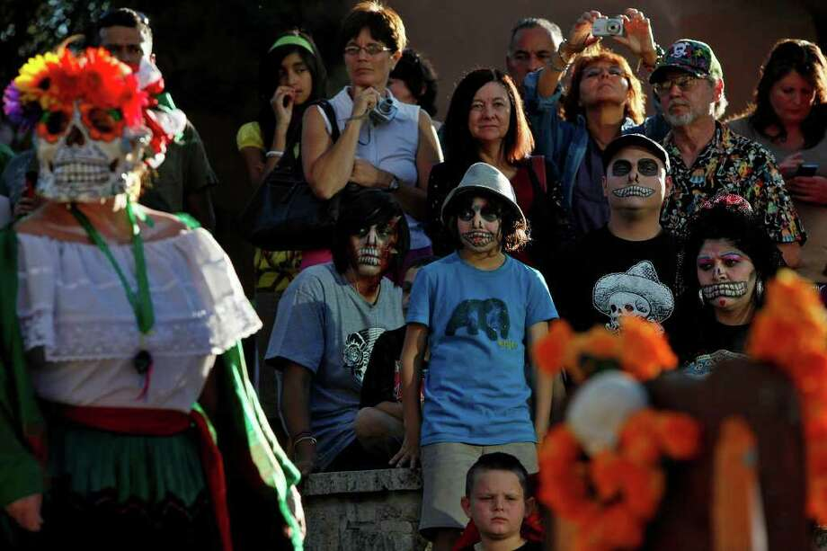 A crowd watches the  Dia de los Muertos celebration at La Villita on Sunday, Nov. 1, 2009. LISA KRANTZ/lkrantz@express-news.net Photo: LISA KRANTZ, SAN ANTONIO EXPRESS-NEWS / lkrantz@express-news.net