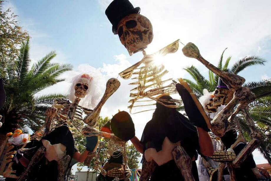 "Members of Las Monas Drum & Dance Group perform during the Museo Alameda's ""Dia de los Muertos: Bodas Negras, A Celebration of Lost Love"" event held Sunday Nov. 2, 2008 in El Mercado. Photo: EDWARD A. ORNELAS, SAN ANTONIO EXPRESS-NEWS / eornelas@express-news.net"