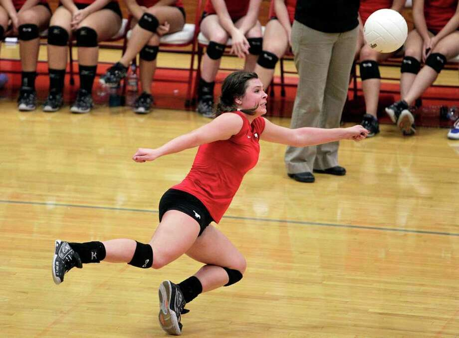 Memorial's Makenzie Borman makes a nice diving save. Photo: Bob Levey, Houston Chronicle / ©2011 Bob Levey