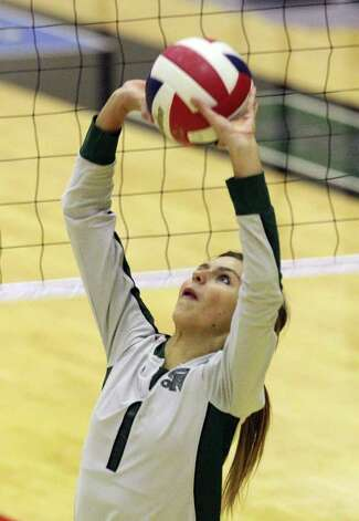 Reagan's Kara Folmer had 17 assists and three aces as the Rattlers rallied past O'Connor in a Class 5A second-round match. Kin Man Hui/kmhui@express-news.net Photo: Kin Man Hui, ~ / San Antonio Express-News