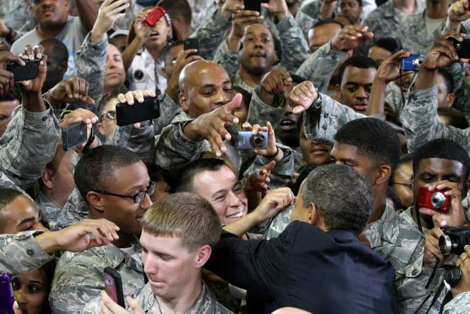 ADRIN SNIDER : NEWPORT NEWS DAILY PRESS/MCT  COMMANDER IN CHIEF: President Barack Obama is swarmed as he arrives at Langley Air Force Base in Virginia. Photo: Adrin Snider / Newport News Daily Press