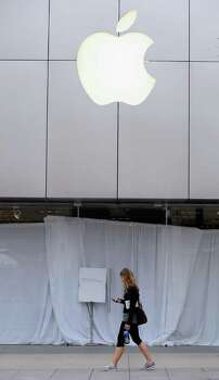 KEVORK DJANSEZIAN : GETTY IMAGES  CLOSED: Like other Apple retail stores, this one in Santa Monica, Calif., asked customers to come back later so employees could watch a webcast of a celebration of Steve Jobs' life. Photo: Kevork Djansezian / 2011 Getty Images