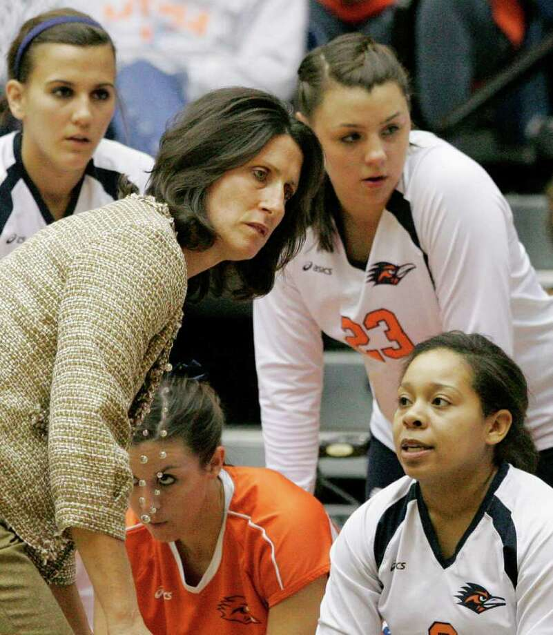 UTSA head coach Laura Neugebauer-Groff talks to her players during a Southland Conference college volleyball game in this file photo. Photo: Darren Abate, Darren Abate/Special To The Express-News