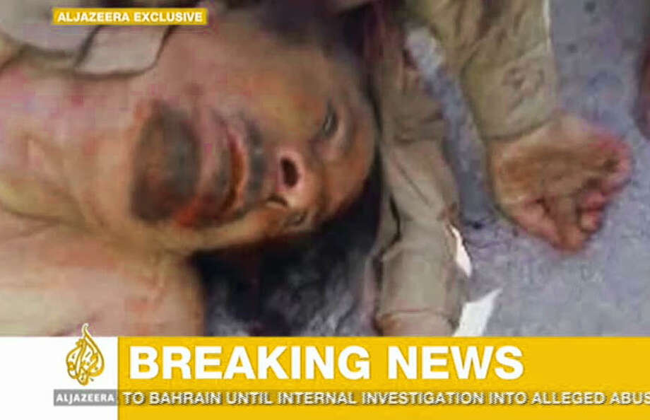 En esta imagen difundida por la cadena de TV Al Jazeera se ve el cuerpo de Moamar Gadafi, quien gobernó Libia con mano de hierro durante 42 años hasta que fue depuesto en una sangrienta rebelión, fue muerto el jueves cuando las fuerzas revolucionarias tomaron su ciudad natal de Sirte. / AL JAZEERA