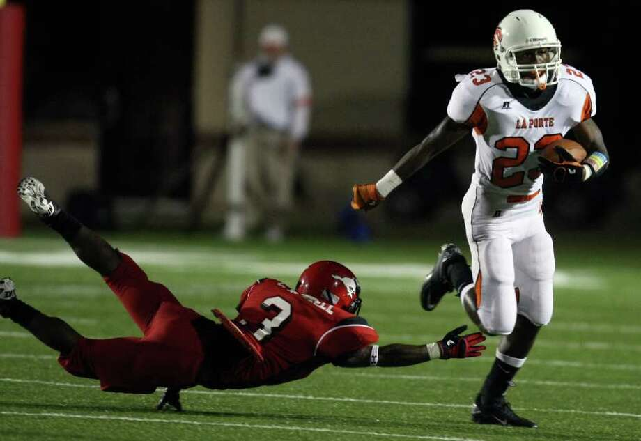 La Porte's Johnathan Lewis (right) scampers past North Shore's Chris Russell during the first half of a high school football game, Friday, October 21, 2011 at Galena Park Stadium in Houston. Photo: Eric Christian Smith, For The Chronicle