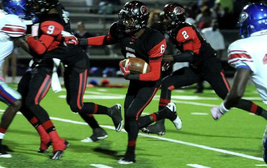 Memorial's Jaylon Howard runs for yardage during the game against West Brook at Memorial Stadium in Port Arthur, Friday, October 21, 2011. Tammy McKinley/The Enterprise Photo: TAMMY MCKINLEY