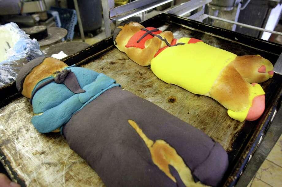 CONEXION: Jorge Gamero makes pan de muerto at Panifico Bake Shop on Friday Oct 21, 2011. HELEN L. MONTOYA/hmontoya@express-news.net Photo: HELEN L. MONTOYA, San Antonio Express-News / SAN ANTONIO EXPRESS-NEWS