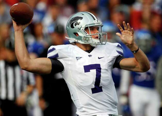 Kansas State quarterback Collin Klein (7) passes to a teammate during the first half of an NCAA college football game against Kansas in Lawrence, Kan., Saturday, Oct. 22, 2011. Photo: AP