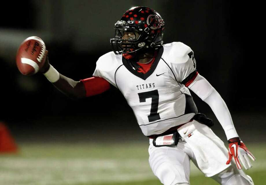 Port Arthur Memorial quarterback Terrence Singleton #7 prepares to toss the ball on an option play against La Porte during a high school football game between Port Arthur Memorial and La Porte Friday, October 28 in Laporte, Texas. Photo: Bob Levey, Houston Chronicle / ©2011 Bob Levey